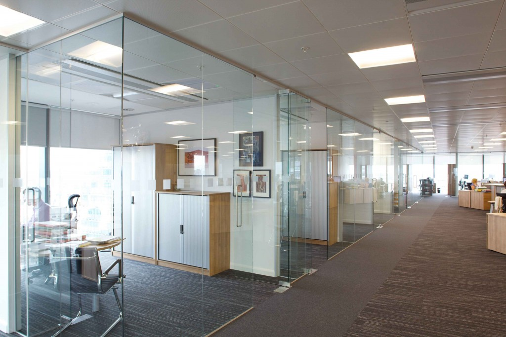 compartimentari, pereti, partitii, sticla securizata, cladiri de birouri, spatii comerciale, interioare, geam securizat, geam sablat